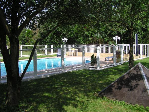 la pose d 39 un portillon de barri re de piscine avec les points forts des barrieres piscines. Black Bedroom Furniture Sets. Home Design Ideas